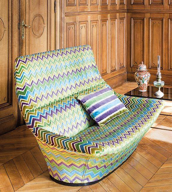 Sessel mit buntem Muster